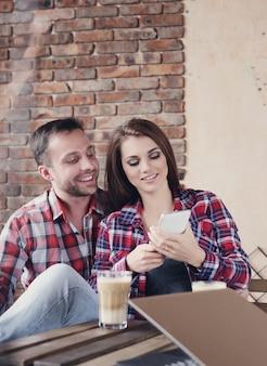 Lindo casal no café