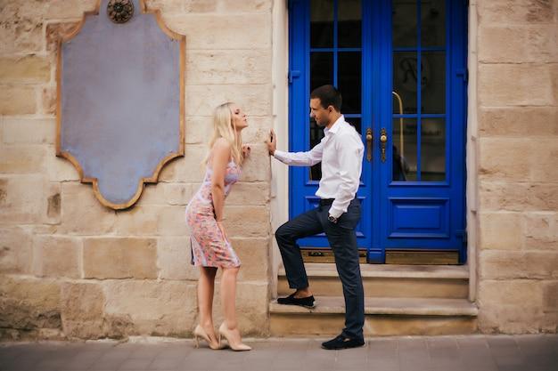 Lindo casal no fundo da cidade posando, altura total