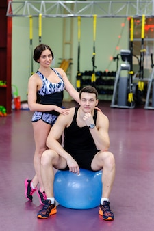 Lindo casal no ginásio na fitball.