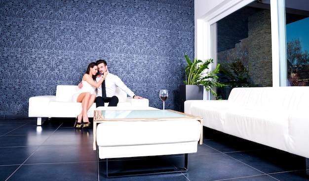 Lindo casal no sofá à noite.