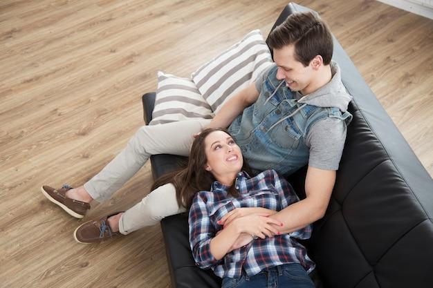 Lindo casal no sofá