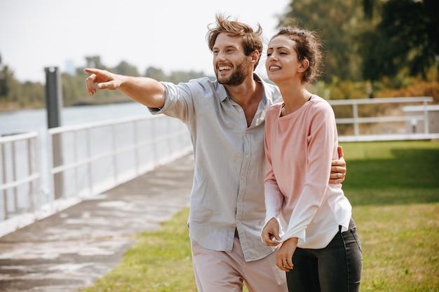 Lindo casal olhando para distância ao ar livre