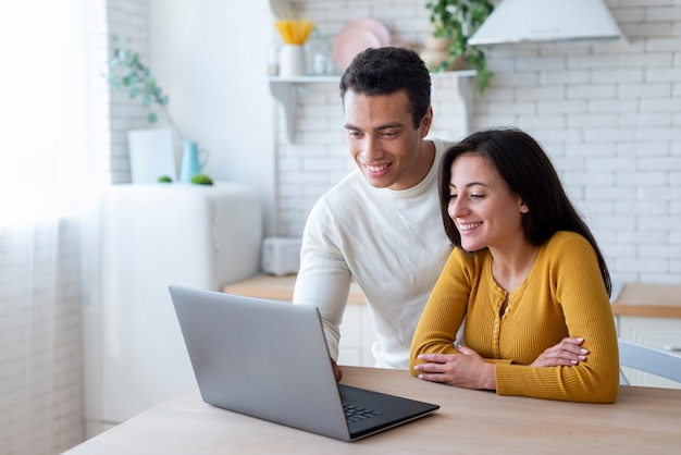 Lindo casal olhando para laptop