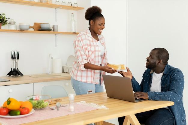 Lindo casal olhando para o laptop