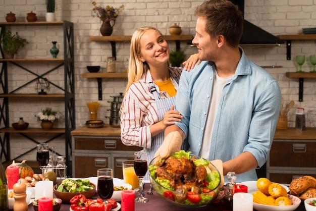 Lindo casal olhando um ao outro na cozinha
