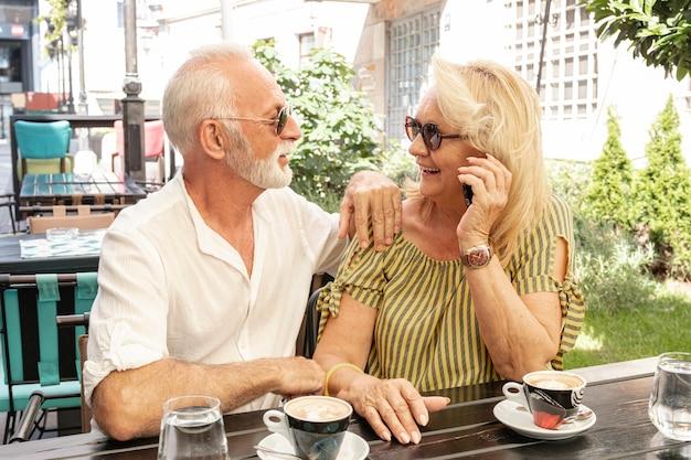 Lindo casal olhando um ao outro por uma mesa