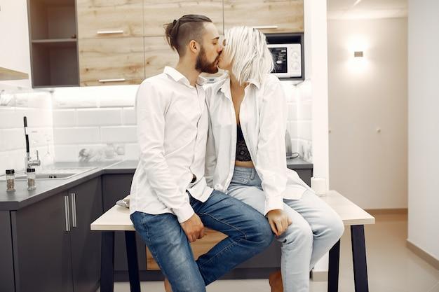 Lindo casal passa o tempo em casa na cozinha
