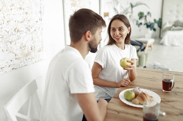 Lindo casal passa o tempo em casa