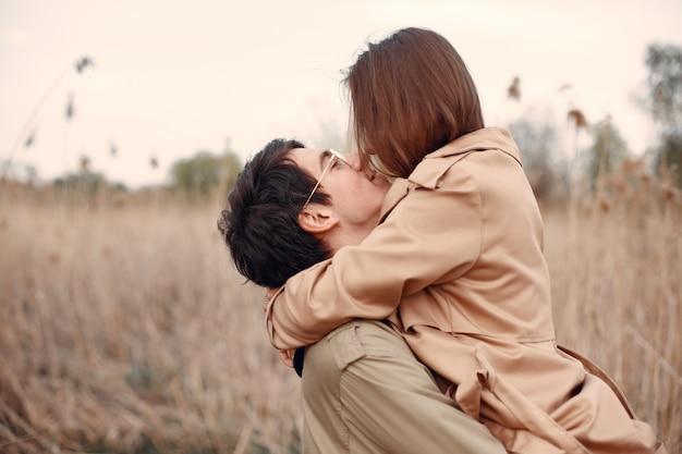 Lindo casal passa o tempo em um campo de outono