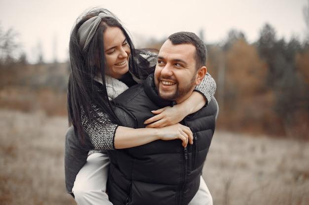 Lindo casal passa o tempo em um campo de primavera