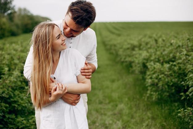 Lindo casal passa o tempo em um campo de verão