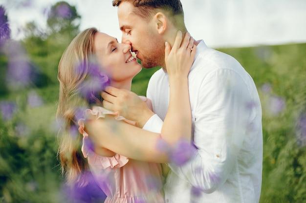 Lindo casal passa o tempo em um campo