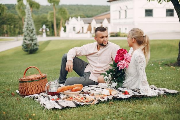 Lindo casal passa o tempo em um jardim de verão