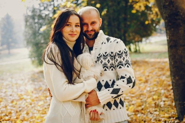 Lindo casal passa o tempo em um parque de outono