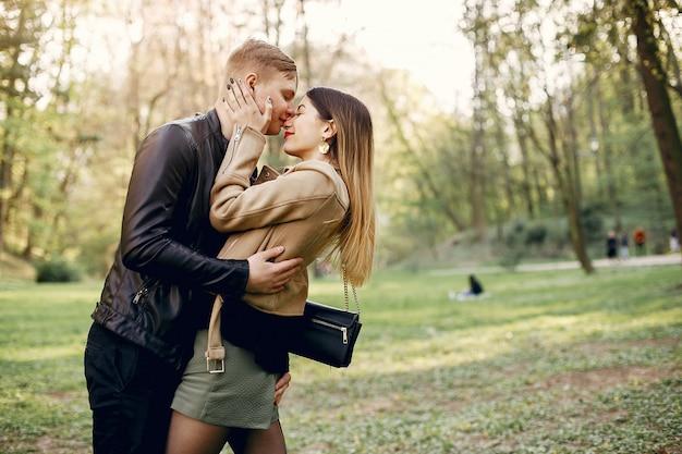 Lindo casal passa o tempo em um parque de primavera