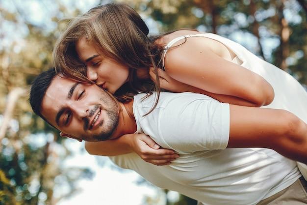 Lindo casal passa o tempo em um parque de verão