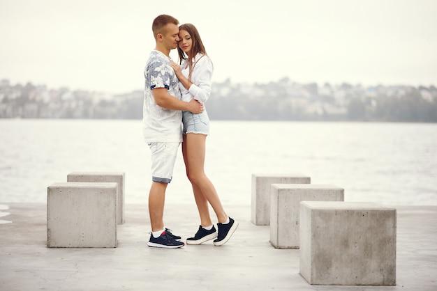 Lindo casal passa o tempo em um parque nublado outono