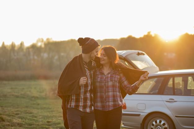 Lindo casal passa o tempo em um parque por do sol