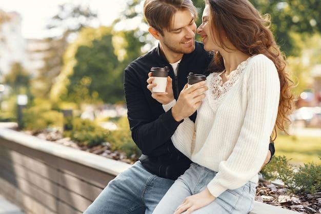 Lindo casal passa o tempo em um parque primavera