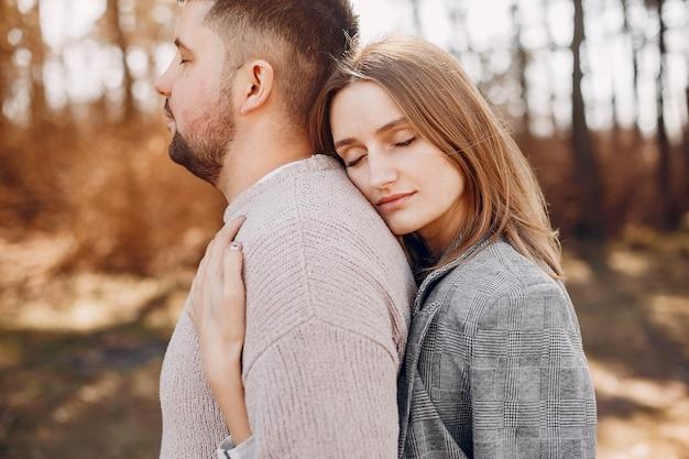 Lindo casal passa o tempo em um parque