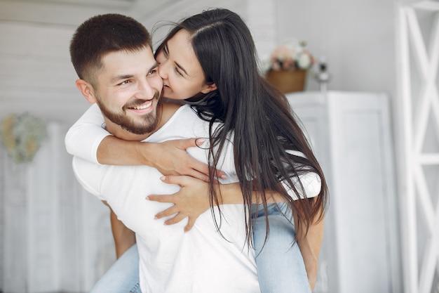 Lindo casal passa o tempo em um quarto
