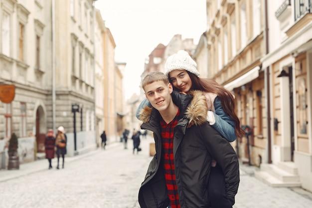 Lindo casal passa o tempo em uma cidade de outono