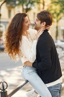 Lindo casal passa o tempo em uma cidade de primavera