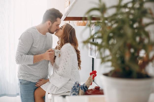 Lindo casal passa o tempo em uma cozinha