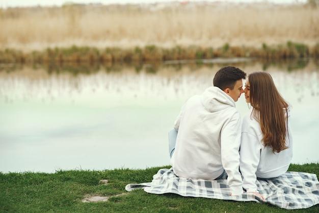 Lindo casal passa o tempo em uma floresta de primavera