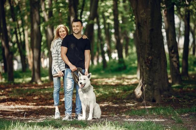 Lindo casal passa o tempo em uma floresta