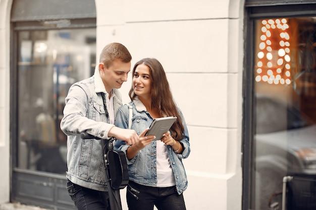 Lindo casal passa o tempo na rua
