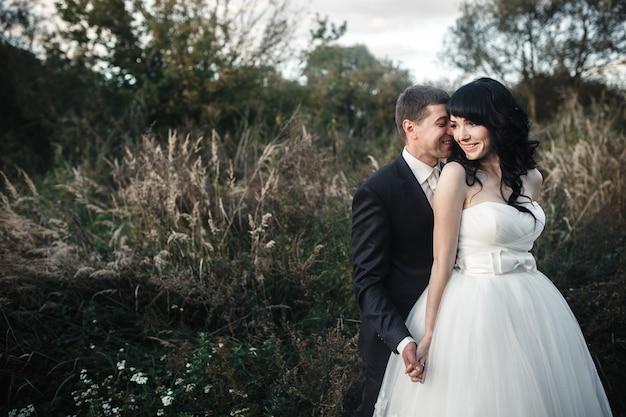 Lindo casal passa o tempo no campo. tirado ao pôr do sol com luz natural