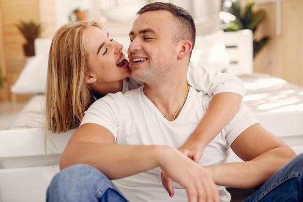 Lindo casal passa o tempo no quarto