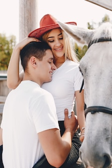 Lindo casal passa tempo com cavalos