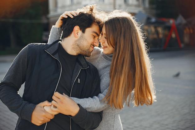 Lindo casal passa tempo em uma cidade de verão