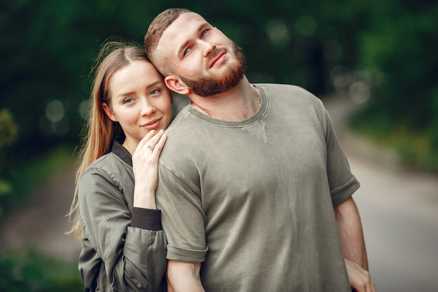 Lindo casal passa tempo em uma floresta de verão