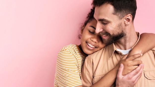 Lindo casal posando abraçado