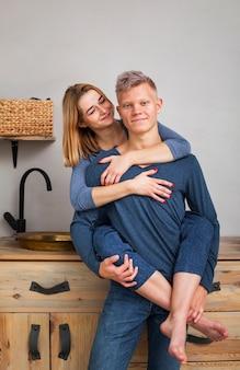 Lindo casal posando na cozinha