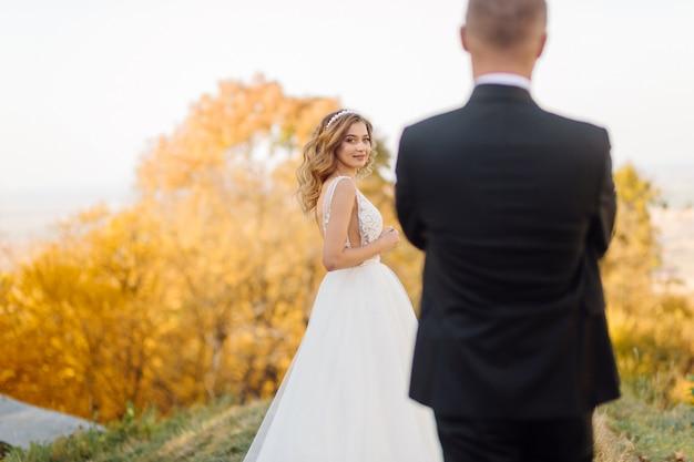 Lindo casal posando no dia do casamento