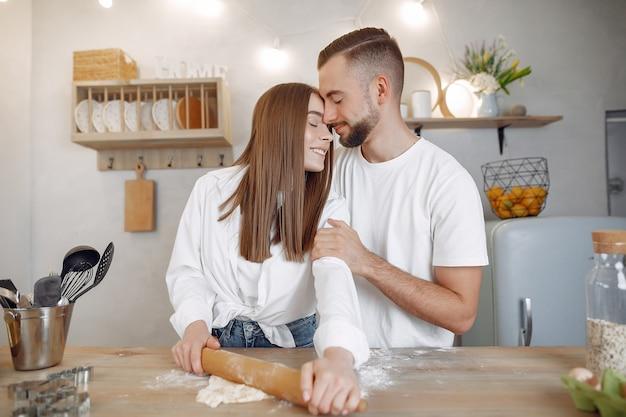 Lindo casal prepara comida na cozinha