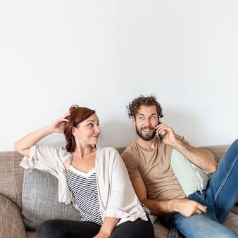 Lindo casal relaxando no sofá