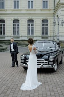 Lindo casal retrô contra carros antigos