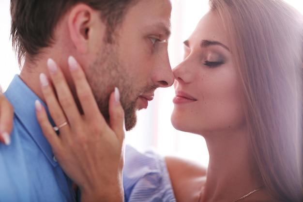 Lindo casal se beijando