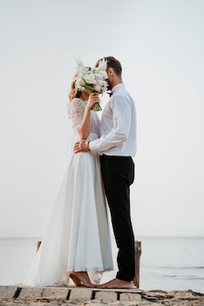 Lindo casal se casando na praia