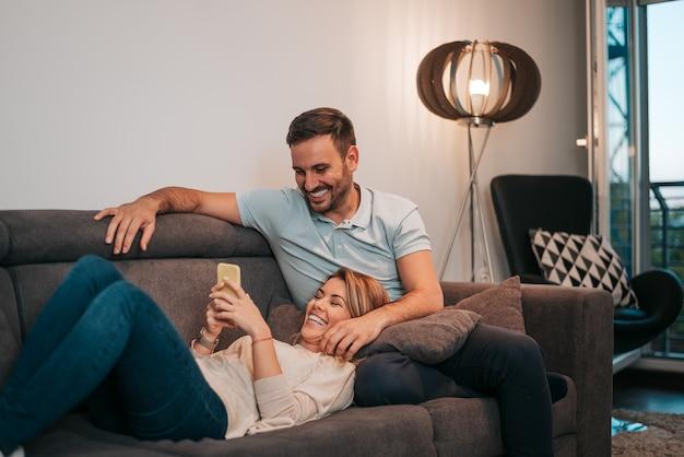 Lindo casal se divertindo em casa.