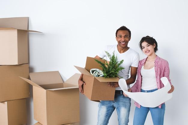 Lindo casal se mudando para uma nova casa