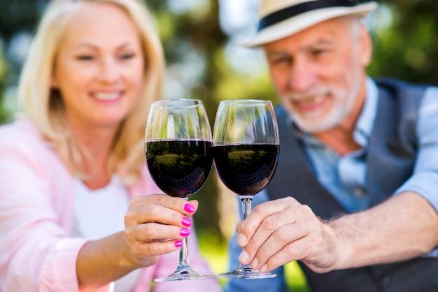 Lindo casal segurando dois copos de vinho