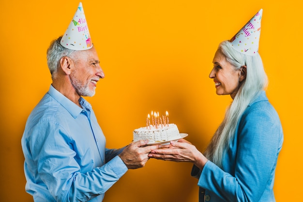Lindo casal sênior de amantes. retrato de idosos