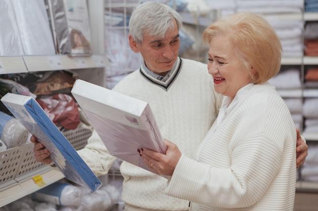 Lindo casal sênior de compras na loja de móveis