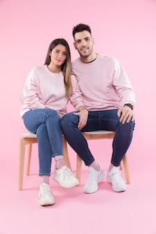 Lindo casal sentado em cadeiras
